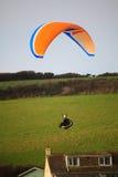 O baixo voo do Paraglider no praa lixa a costa cornish fotos de stock royalty free