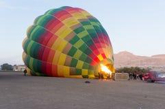 O balão de ar quente está obtendo foto de stock royalty free