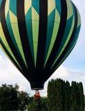 O balão de ar quente sae da terra Imagem de Stock Royalty Free