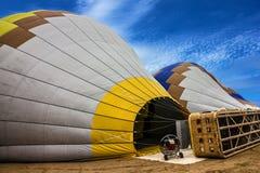 O balão e a cesta mostram a preparação para o começo em Cappadocia, Turke Imagem de Stock