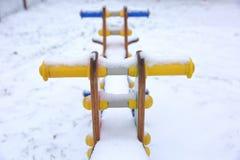 O balanço é um dos artigos os mais favoritos do campo de jogos para crianças Fotografia de Stock