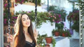 O balanço bonito da menina modelo no close up do balanço, cabelo no vento torna-se e sorrir vídeos de arquivo
