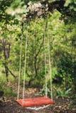 O balanço da corda que pendura em um carvalho Foto de Stock Royalty Free