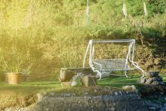 O balanço de aço do banco do vintage que balança no parque, lugar para descansar e relaxa imagens de stock royalty free