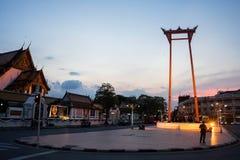 O balanço gigante e o templo de Suthat no crepúsculo Imagem de Stock