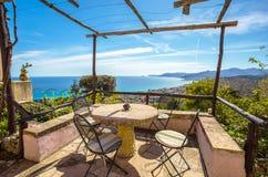O balcão com opinião do mar, costa Ligurian, Verezzi, província de Savona, Itália imagens de stock