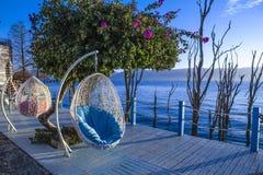 O balcão com opiniões do mar e duas cadeiras vacation fotografia de stock royalty free