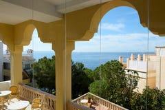 O balcão da opinião do mar no hotel de luxo imagens de stock