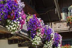 O balcão floresce em uma casa em Kochel, Baviera imagem de stock