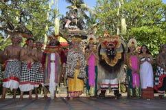 O Balinese executa a dança de Barong e de Kris imagens de stock royalty free