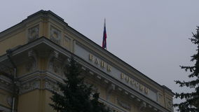 O banco central de Rússia e da bandeira vídeos de arquivo