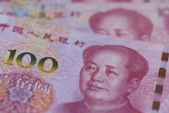 O Banco da China do pessoa uma moeda de 100 yuan, economia, RMB, finança, investimento, taxa de juro, taxa de câmbio, o governo, foto de stock royalty free