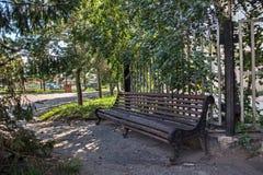 O banco de madeira velho no nome da cidade do russo de Petropavl é Petropavlovsk Fotos de Stock Royalty Free