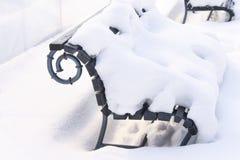 O banco de parque é coberto com a neve imagens de stock