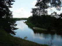O banco de rio na perspectiva da madeira fotografia de stock royalty free