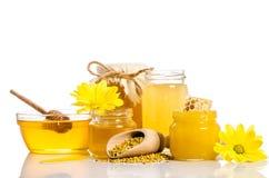 O banco do mel com favos de mel, bacia de vidro com mel Fotografia de Stock Royalty Free