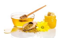 O banco do mel com favos de mel, bacia de vidro com mel Foto de Stock Royalty Free