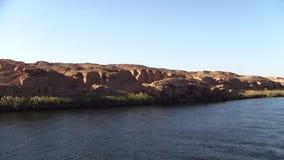 O banco do Nilo do rio com rochas pitorescas video estoque