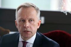 O banco do regulador Ilmars Rimsevics de Letónia fala durante uma conferência de imprensa em Riga, Letónia, o 20 de fevereiro de  imagem de stock