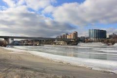 O banco do rio que negligencia a cidade imagem de stock royalty free
