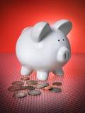 O banco Piggy financeiro investe o dinheiro das moedas das economias Imagens de Stock Royalty Free
