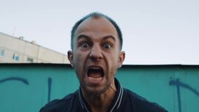 O bandido perigoso ataca a vítima e os gritos nela video estoque