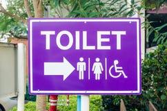 O banheiro assina dentro um parque público fotos de stock royalty free