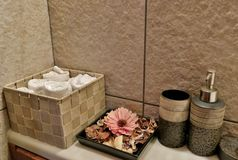 O banheiro com toalhas, flores e cuidado desnata imagens de stock