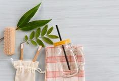 O banheiro e o objeto zero do desperdício usam o conceito menos plástico/escova de assoalho, escova de dentes de bambu na folha d foto de stock