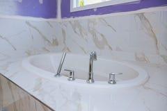 O banheiro remodela mostrar sob a instalação da construção da casa de construções novas imagens de stock