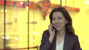 O banqueiro bem sucedido participa em um negócio do empréstimo video estoque