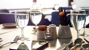 O banquete decorou a tabela, com cutelaria Feche acima da tabela elegante, decorada preparada para um jantar luxuoso Movimento le video estoque