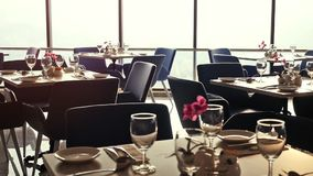 O banquete decorou a tabela, com cutelaria Feche acima da tabela elegante, decorada preparada para um jantar luxuoso pela janela  vídeos de arquivo