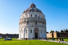 O Baptistery, no dei Miracoli da praça em Pisa fotos de stock royalty free