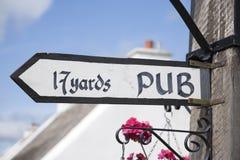 O bar assina dentro o fundo da vila Imagem de Stock Royalty Free