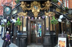 O bar de Salisbúria em Londres Inglaterra foto de stock royalty free