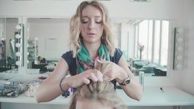 O barbeiro faz a denominação de uma menina com cabelo encaracolado Bar da beleza filme