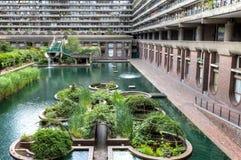 O Barbican e a lagoa Imagem de Stock Royalty Free
