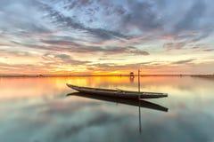 O barco apenas no crepúsculo começou ao por do sol Imagens de Stock Royalty Free