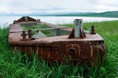 o barco corre encalhada na ilha Paramushir, Rússia Imagens de Stock