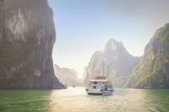 O barco cruza baía de Halong, Vietname Fotografia de Stock