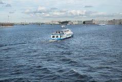 O barco da excursão com turistas flutua no rio de Neva em St Petersburg, Rússia Fotografia de Stock Royalty Free