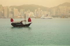 O barco da sucata no por do sol Imagens de Stock