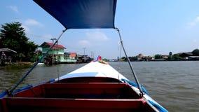 O barco da velocidade vai acima de um rio filme