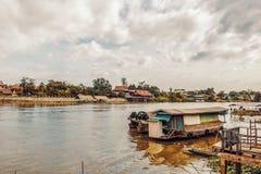 O barco de casa no rio imagens de stock royalty free