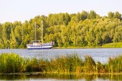 O barco de Danapr, navegando no rio de Dnieper foto de stock