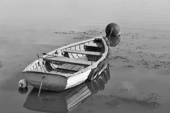 O barco de enfileiramento amarrou no lago Balaton, Hungria Fotografia de Stock