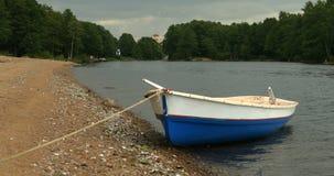 O barco de enfileiramento vazio é amarrado filme