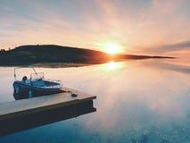 O barco de Fihing entrou no porto em flutuar o cais de madeira Céu bonito do fundo fotografia de stock