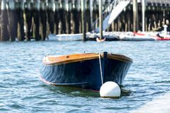 O barco de fileira azul amarrou no porto Maine da barra, EUA Imagem de Stock Royalty Free